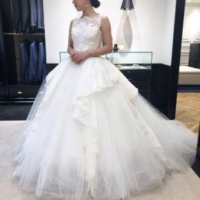 幾重にもかさなったチュールのボリュームがドラマティックなラインを演出するINES DI SANT(イネスディサント)のドレス