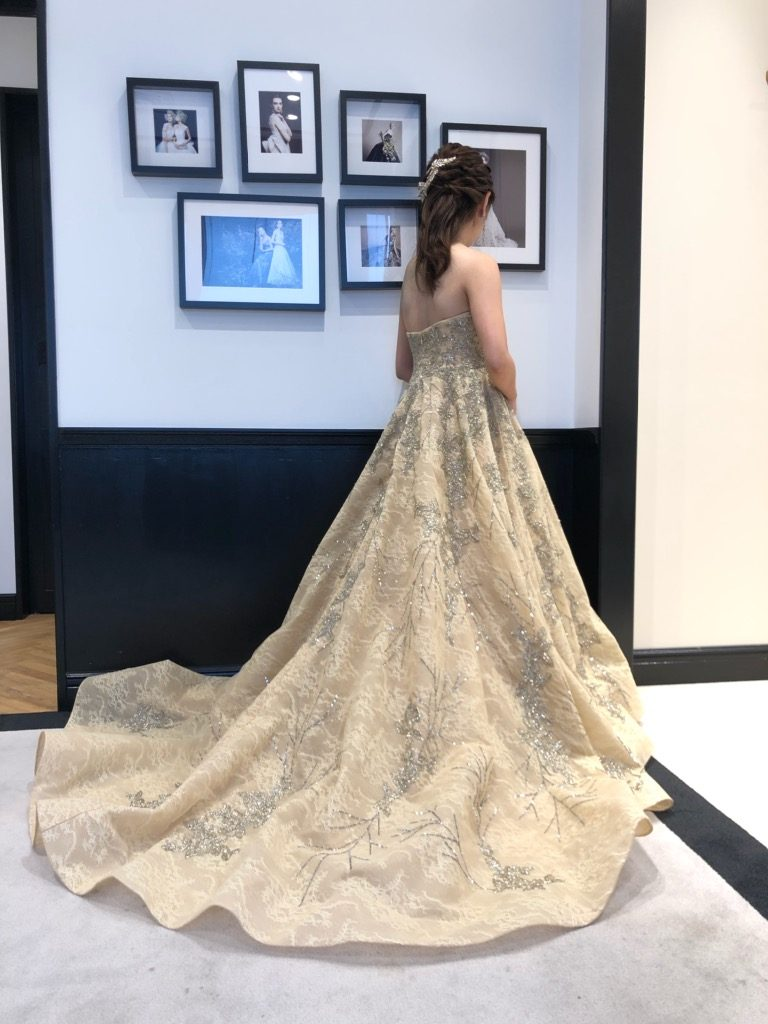 TONY WARD(トニー ワード)のカラードレスでゲストを魅了する花嫁に