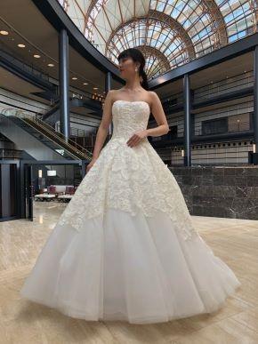 ISABELLE ARMSTRONG(イザベルアームストロング)の繊細なレースとパールの散りばめられたロマンチックなドレスで上品な着こなしを。 (JUNO シーホーク店)
