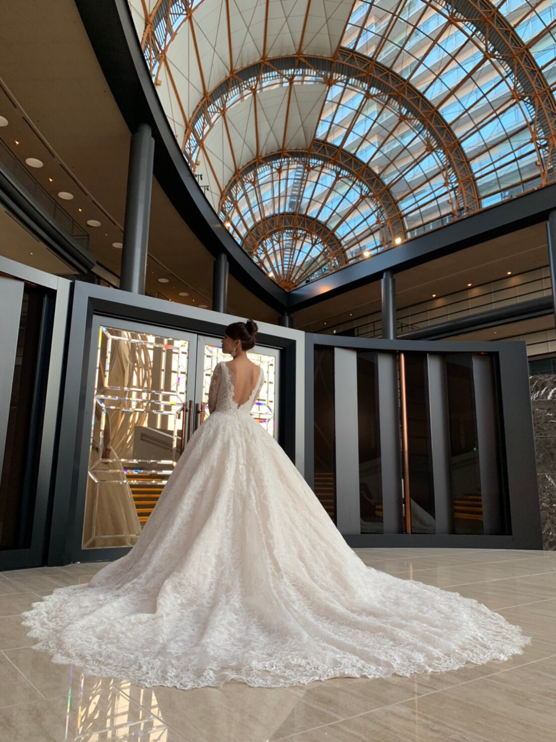 総レースが贅沢なINES DI SANTO(イネスディサント)のドレスでドラマティックなホテルウエディングを