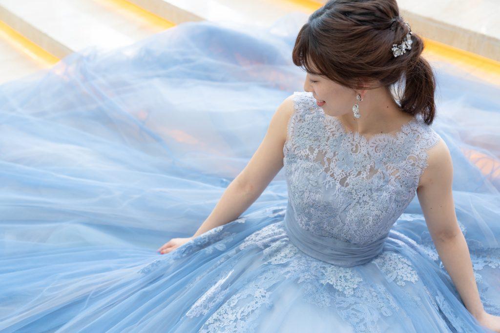 トレンドのダスティブルーのドレスでシンデレラのようなWEDDINGを