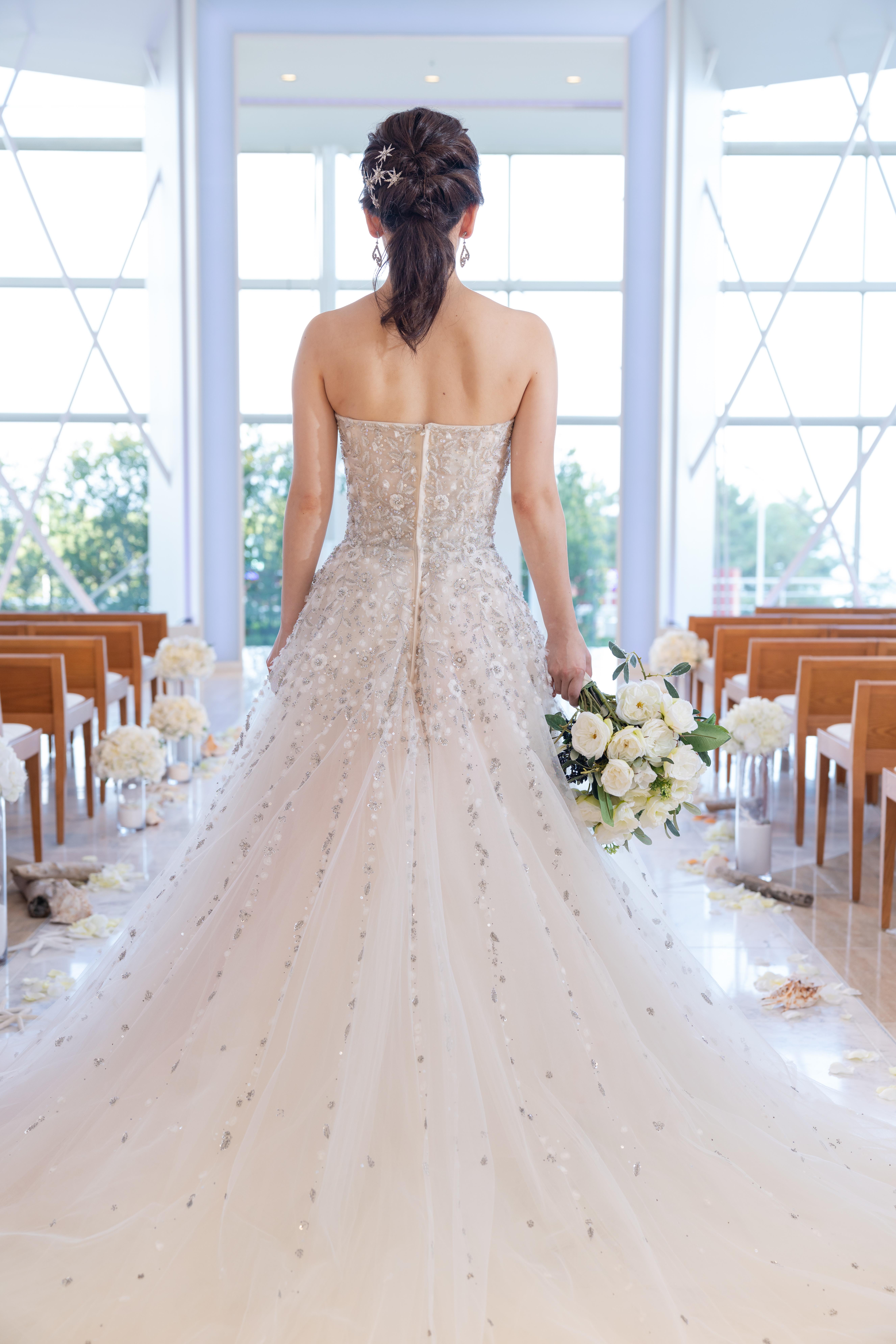 INESDISANTOの華やかなハンドビーディングが輝く素敵なドレスで春のお式を