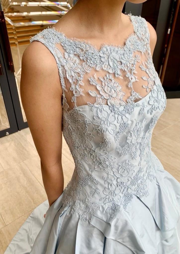 シャビーなアイスブルーがエレガントな KENNETH POOL(ケネスプール)のカラードレス