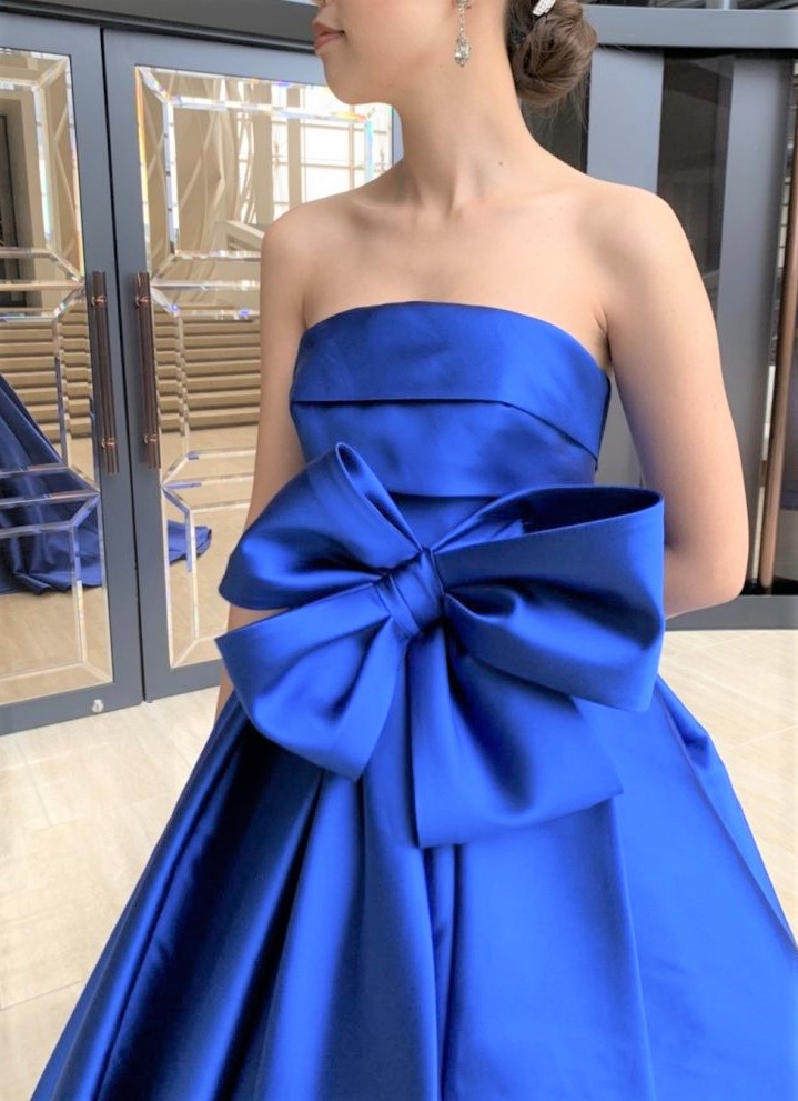ホテルウエディングにおすすめのロイヤルブルーのカラードレス