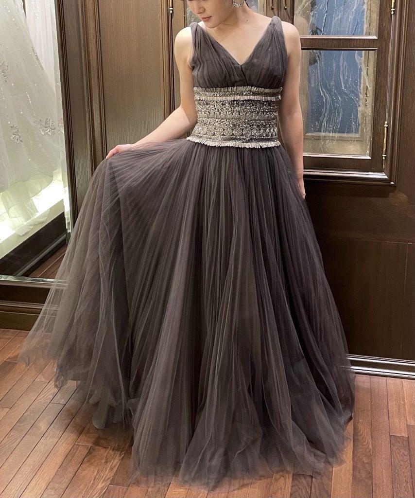 こだわりの装飾美が光るNAEEM KHAN(ナイームカーン)のチャコールグレーのドレスで個性派ウエディングを