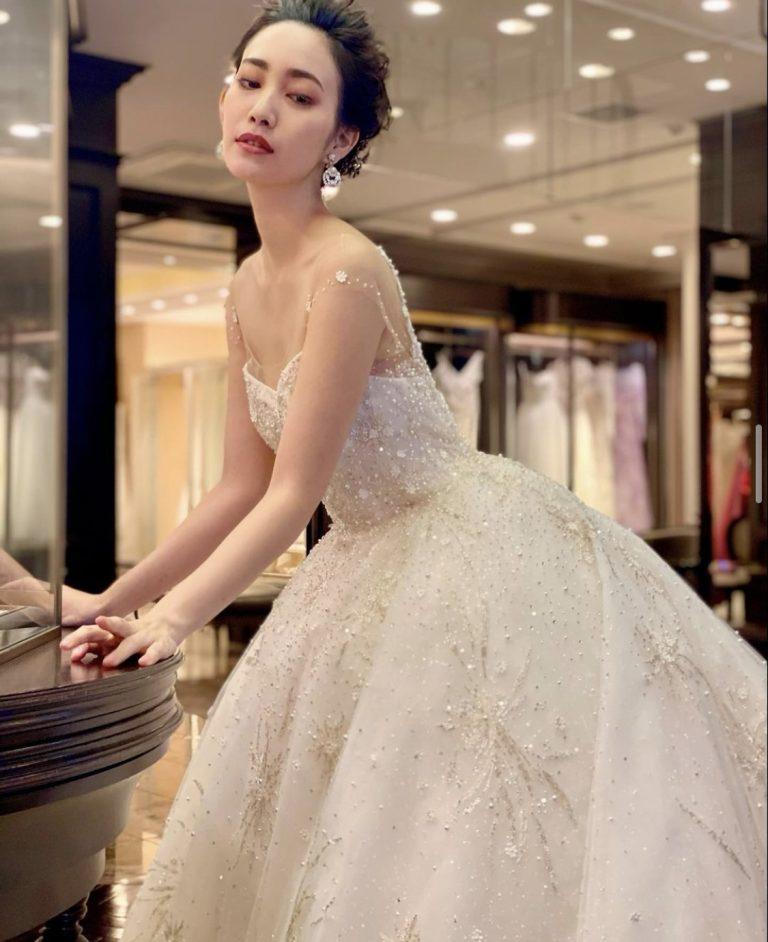 INES DI SANTO(イネス ディ サント)の星が散りばめられたかのようなロマンティックなドレスのご紹介